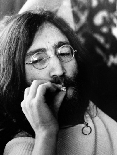 john_lennon_smoking