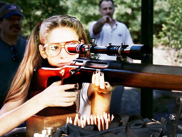 """""""A Girl And A Gun"""" – dokument o kobietach kochających giwery"""