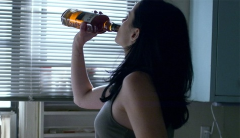 jessica_jones_drinking_whisky