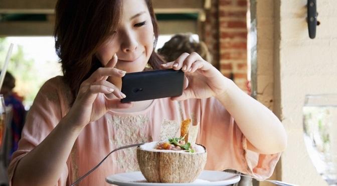 Millennialsi gotują dosłownie ze smartfonem w ręku!