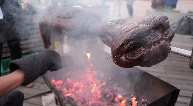 Złapali, ubili i pożarli E.T.