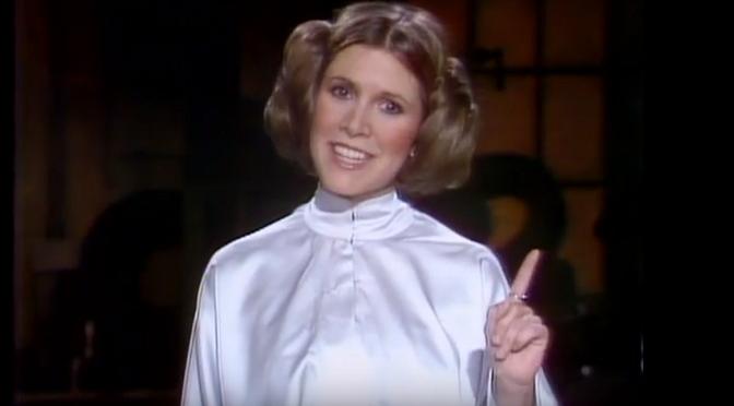 """Carrie Fisher nabija się z """"Gwiezdnych wojen"""" i zapowiada The Blues Brothers w klasycznym odcinku """"Saturday Night Live!"""""""