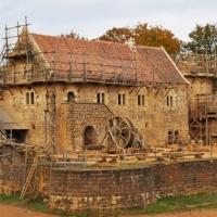 Odwiedź zamek Guédelon – najdłuższy eksperymentalny projekt archeologiczny na świecie