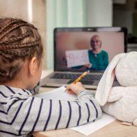 Dzieci nie nauczyły się niczego lub prawie niczego w ciągu roku nauczania zdalnego – raport z badań Uniwersytetu Oksfordzkiego